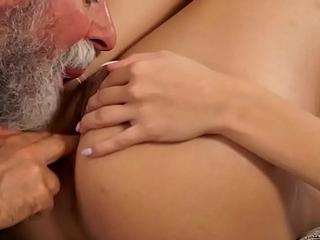 DADDY4K. &Uuml_berrasche deine Freundin und sie fickt mit deinem Vater