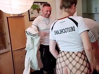TEENY bittet ihre NACHBARN sie HART zu FICKEN und leckt Arsch - GERMAN Trio