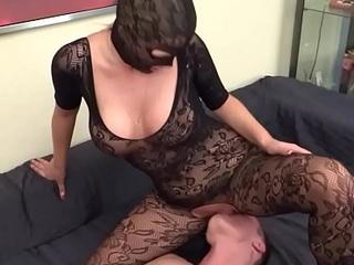 Fett Arsch Hausfrau in Nylongs macht facesitting bei jungem Kerl